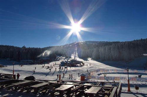 Kopaonik zimi: Kopaonik je najpopularnija srpska planina sa razlogom jer posetiocima pruža brojne mogućnosti za uživanje i lepe doživljaje.
