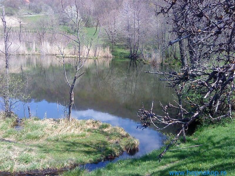 Semeteško jezeroTrajanje pešačke ture 8-10 sati sa usponom oko 850m, stepen težine: teža, duga tura Semeteško jezero nalazi se na 900m n.v., u ataru sela