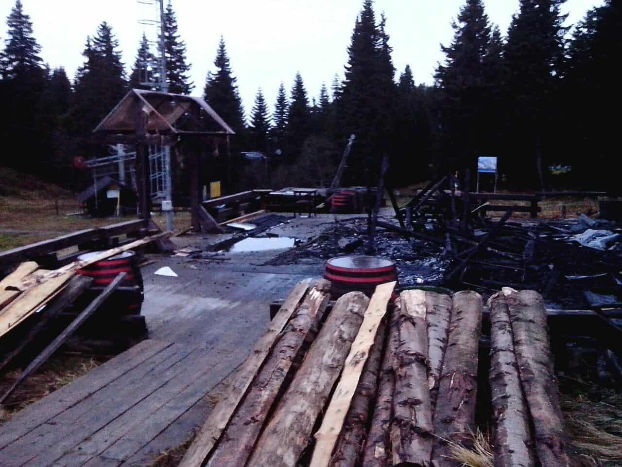 """Izgoreo Bombardijer: Na Kopaoniku, na domak staze Malo jezero, noćas je izbio požar u kafiću """"Bombardijer"""", na kojem je pričinjena veća materijalna šteta."""