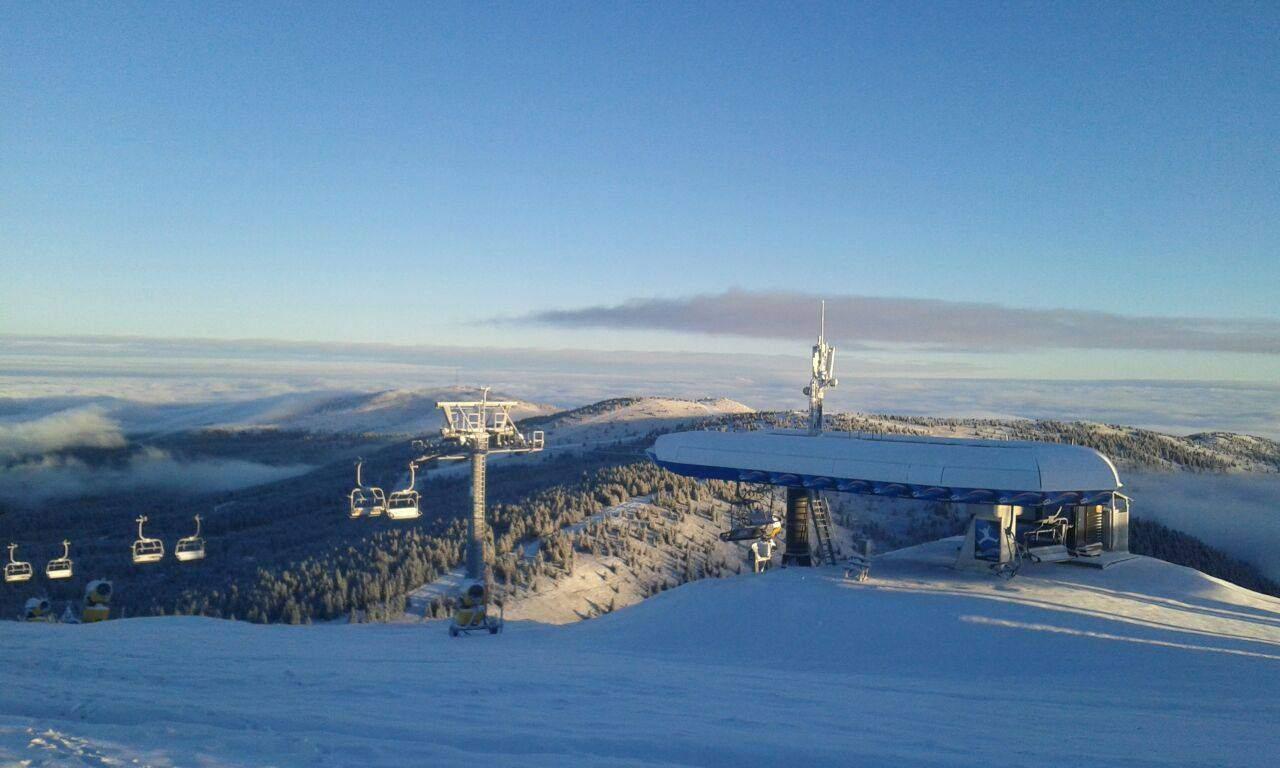 Kopaonik 9. decembar 2014. - Na Kopaoniku je počeo da pada dugo očekivani sneg, koji je zabeleo ski centar. Tokom večeri se očekuje formiranje snežnog