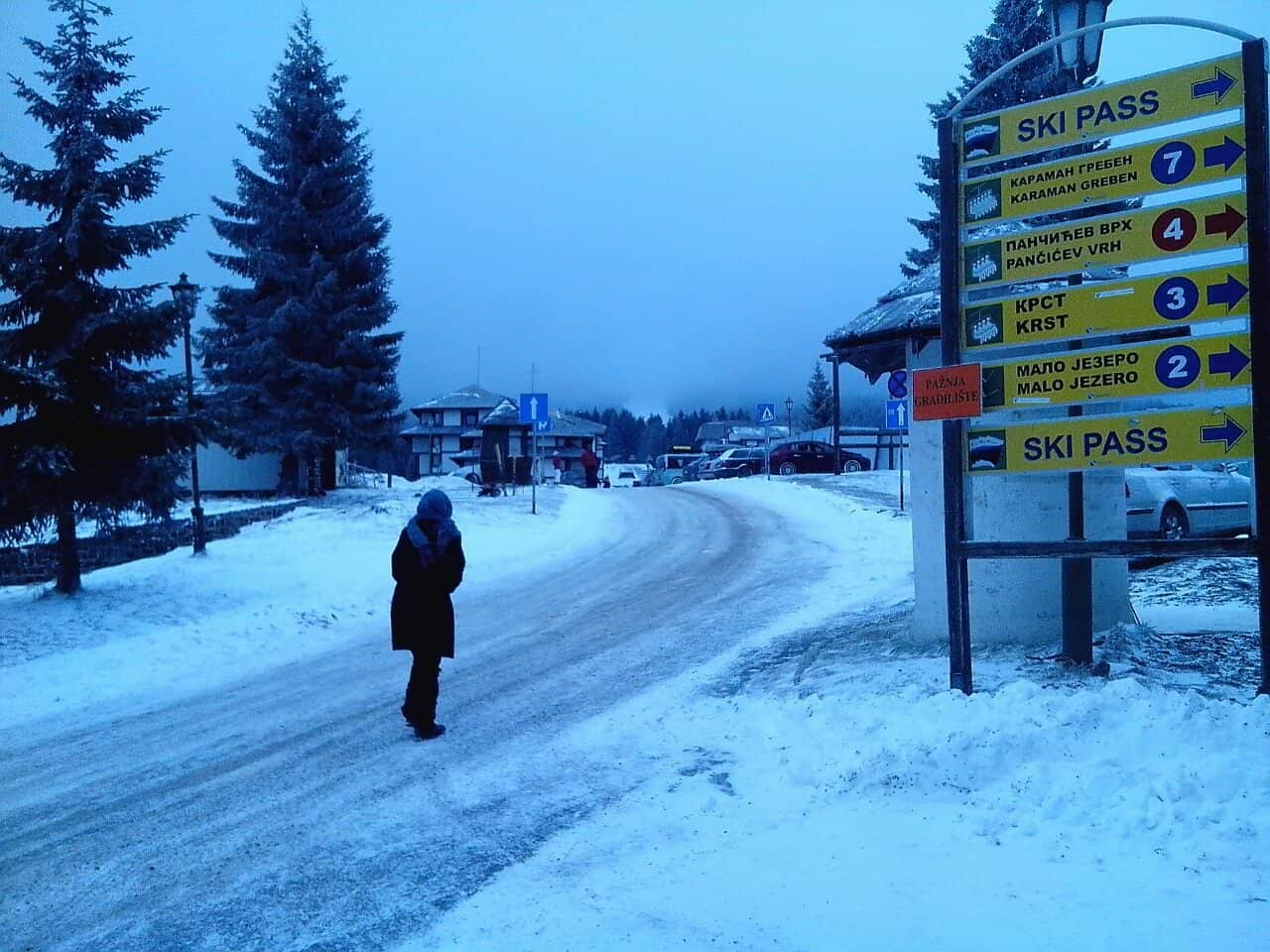 Izveštaj sa Kopaonika: Na Kopaoniku danas (21.12.2014.god) pada slab sneg, brzna vetra 4 m/s, visina snežnog pokrivača van staza 3 cm, temperatura -5 C,