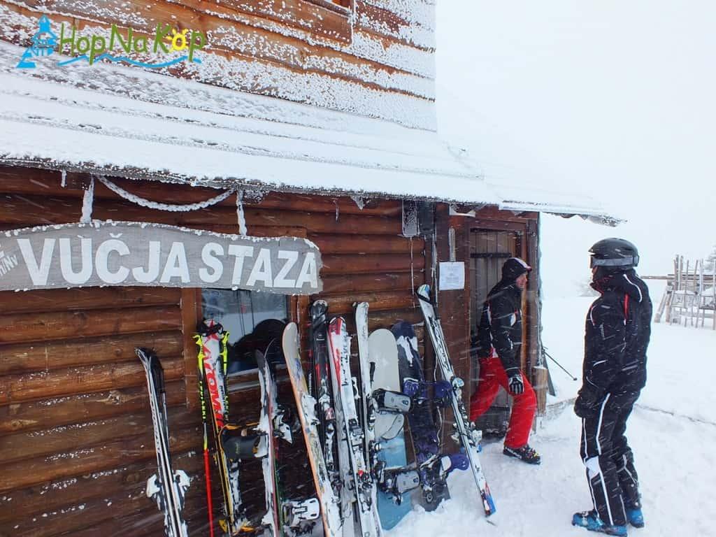 Ski bife Vučja staza se nalazi na samom vrhu staze Karaman greben. Ski bife je na daleko poznat po svojoj prelepoj terasi i još lepšim pogledom sa iste.