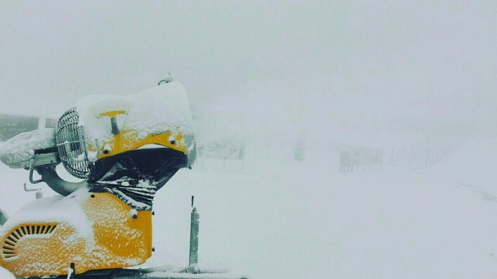 Počelo osnežavanje staza na Kopaoniku: U ski centru Kopaonik danas je pušten u rad sistem za veštačko osnežavanje. Temperatura vazduha se spustila