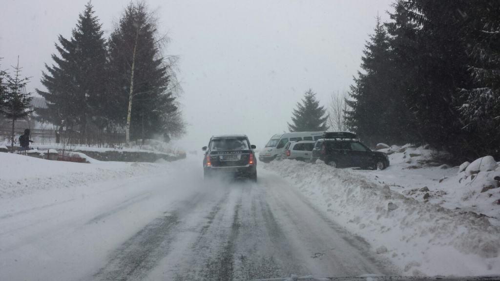 Važno saopštenje AMSS-a. Zbog klizavog kolovoza i snežnih nanosa na putevima, prema Kopaoniku obavezna je zimska oprema (lanci i zimski pneumatici).