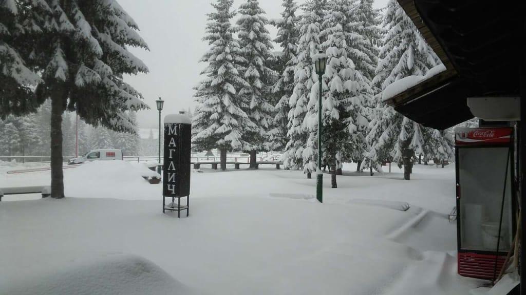 Na Kopaoniku napadalo snega kao u sred zime Sneg koji je sinoć počeo da pada na Kopaoniku dostigao je visinu od 25cm. Trenutna temperatura je -5 °C, duva se