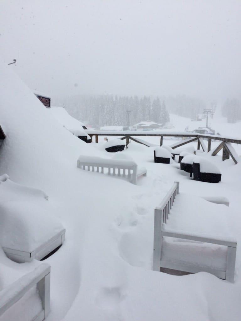 Sneg koji padao ovih dana na Kopaoniku dostigao je visinu od blizu pola metra. Današnji dan na Kopaoniku , sa minusom od -8°C, pojačanim vetom i slabim sneg