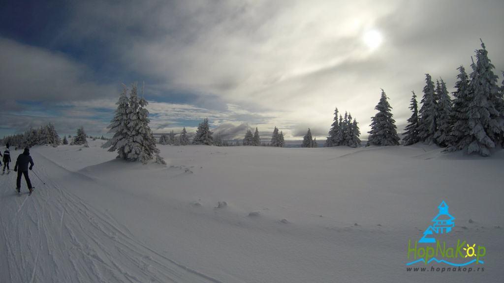 Kopaonik izveštaj 10 Januar 2018:Danas na Kopaoniku prevlađuje pretežno oblačno vreme.Trenutna temperatura je 2°C, brzina vetra 7 m/s, pravac vetra S, vlažnost vazduha 60% a pritisak 827,3 hPa. Visina snežnog pokrivača van staza iznosi 35 cm.