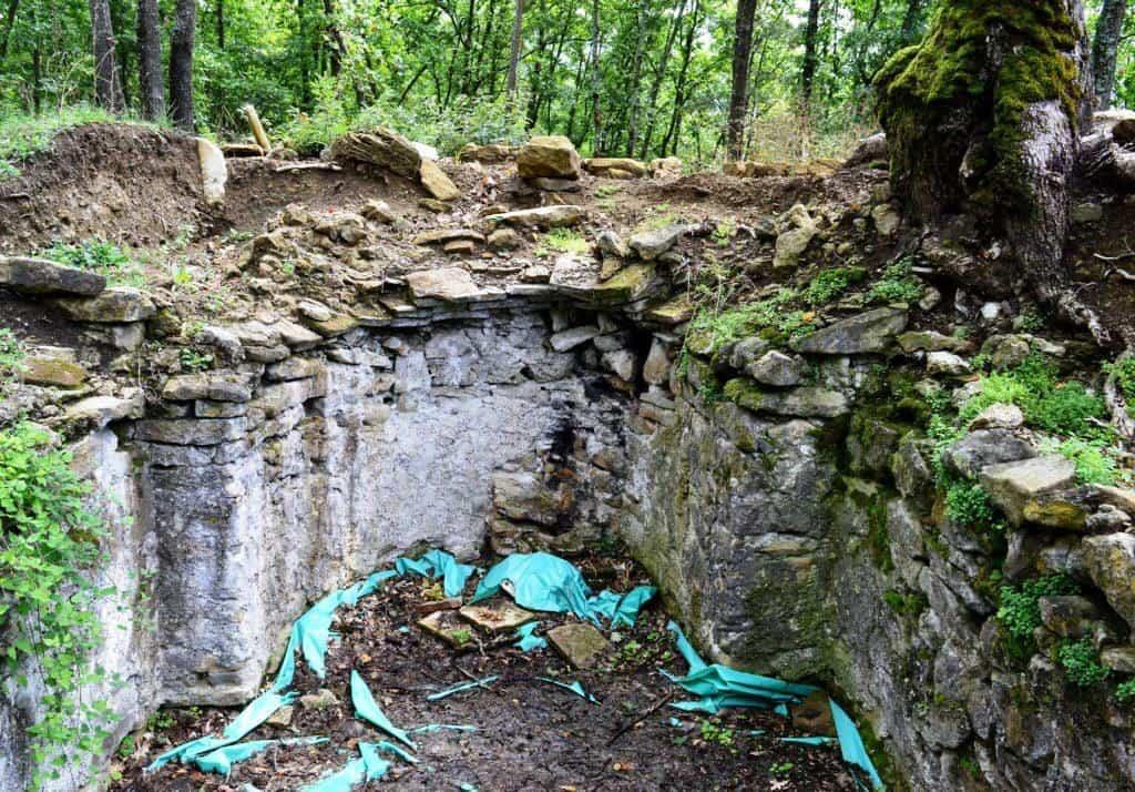 Na seoskom groblju u selu Paklenje kod Baljevca na Ibru nalaze se ostaci neobične crkve, ukopane u zemlji. Krov joj je bio u nivou sa tlom, pa je veoma brzo